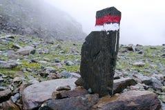 Niebla de Austria de las montañas del poste indicador imagen de archivo libre de regalías