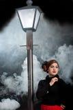 Niebla de la linterna de la calle de la muchacha del cine negro fotos de archivo