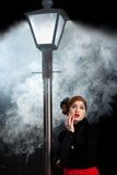 Niebla de la linterna de la calle de la muchacha del cine negro asustada imagen de archivo libre de regalías