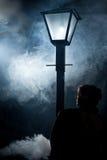 Niebla de la linterna de la calle de la mujer del cine negro fotografía de archivo libre de regalías