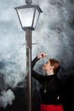 Niebla de la luz de calle de la mujer del cine negro fotos de archivo