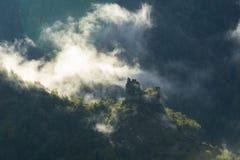 Niebla de la mañana alrededor de las ruinas de una atalaya cerca de Borjomi, Georgia Imagenes de archivo