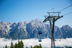 Niebla de la mañana de la estación de verano de la manera del remonte o de cable en las montañas austríacas - Salzburg, Leogang Fotografía de archivo