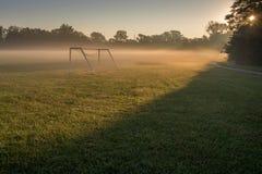 Niebla de la mañana del campo de fútbol Imagenes de archivo