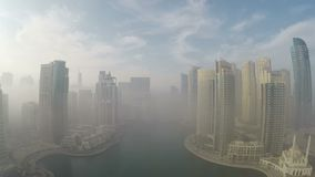 Niebla de la mañana en Dubai almacen de metraje de vídeo