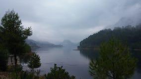 Niebla de la mañana en el lago artificial Fotos de archivo libres de regalías
