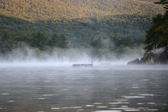 Niebla de la mañana en el lago Squam Fotos de archivo