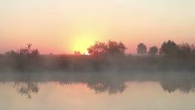 Niebla de la mañana en el río almacen de metraje de vídeo
