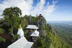 Niebla de la mañana en el templo de Chalermprakiet, Lampang, Tailandia fotografía de archivo libre de regalías