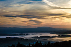 Niebla de la mañana en el valle del paraíso bohemio Foto de archivo