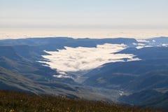 Niebla de la mañana en las montañas Fotografía de archivo