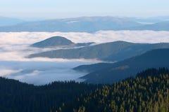 Niebla de la mañana en las montañas Imágenes de archivo libres de regalías