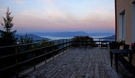 Niebla de la mañana en las montañas de los Cárpatos imagen de archivo libre de regalías