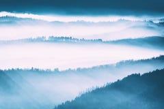 Niebla de la mañana en montañas Fotos de archivo libres de regalías