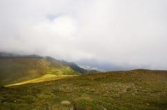 Niebla de la mañana en montañas fotos de archivo