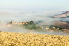Niebla de la mañana en Toscana, Italia Imagen de archivo