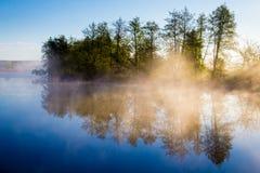 Niebla de la mañana en un río tranquilo Fotografía de archivo libre de regalías
