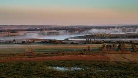 niebla de la mañana 4k en el lago almacen de metraje de vídeo