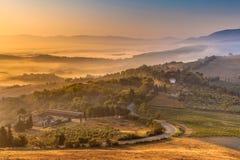 Niebla de la mañana sobre campo toscano Imagen de archivo libre de regalías