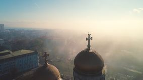 Niebla de la mañana sobre centro de ciudad de Varna, de Bulgaria y la catedral de la suposición, opinión aérea del abejón almacen de metraje de vídeo