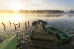 Niebla de la mañana sobre el asilo del río Fotos de archivo libres de regalías
