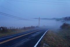 Niebla de la mañana sobre la carretera Fotos de archivo