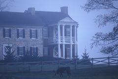 Niebla de la mañana sobre residencia a lo largo de la ruta escénica 219, WV de los E.E.U.U. de la carretera Imágenes de archivo libres de regalías
