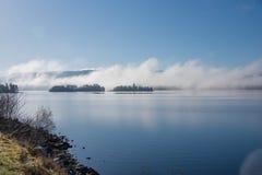 Niebla de la madrugada detrás de las islas en temor del lago imágenes de archivo libres de regalías