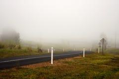Niebla de la madrugada en el camino Fotos de archivo