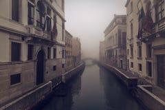 Niebla de la madrugada en un canal en Venecia Fotos de archivo