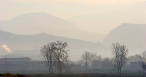 Niebla de la madrugada sobre campo español fotografía de archivo libre de regalías