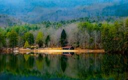 Niebla de la madrugada a través de la montaña de la roca de la tabla y del lago pinnacle Imagen de archivo libre de regalías