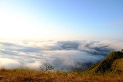 Niebla de la montaña y cielo azul Foto de archivo