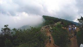 Niebla de la niebla fresca en el timelapse Tailandia de la montaña del chiangmai del monjam almacen de video