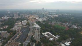 Niebla de la puesta del sol de la tarde sobre horizonte céntrico del panorama de Atlanta con las calles muy transitadas y los ras almacen de video