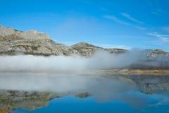 Niebla de la simetría reflejada en agua imagen de archivo