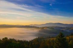 Niebla de Mistic en las montañas Imagenes de archivo