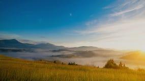 Niebla de Mistic en las montañas Foto de archivo