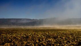 Niebla de Timelapse sobre un campo 3