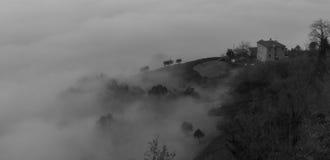 Niebla debajo de una casa Fotos de archivo libres de regalías