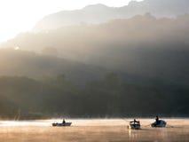 Niebla del amanecer en el lago Fotografía de archivo