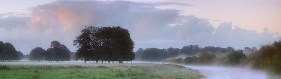 Niebla del amanecer en el río Eden Imagenes de archivo