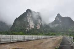 Niebla del camino en el tiempo de mañana Fotos de archivo