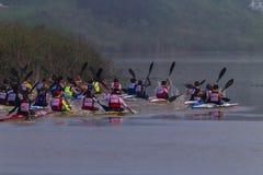 Niebla del comienzo de la raza de la canoa de Dusi Foto de archivo