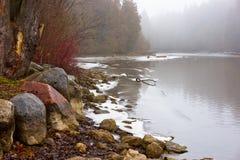 Niebla del invierno en el río norteño Fotos de archivo libres de regalías