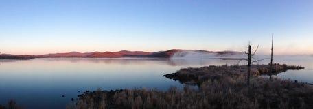 Niebla del lago en la madrugada Imagenes de archivo