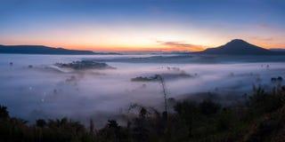 Niebla del paisaje del panorama en salida del sol de la mañana en Khao Takhian Ngo Vi imagenes de archivo