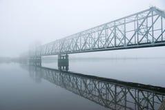 Niebla del puente ferroviario .matutinal foto de archivo
