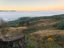 Niebla del valle del top de la montaña fotos de archivo libres de regalías