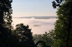 Niebla densa de la mañana bajo salida del sol de la luz del sol del río Fotos de archivo libres de regalías